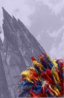 Schwarzweissphoto des Kölner Doms mit bunten Federn im Vordergrund